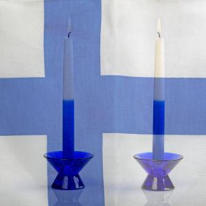 Två blåvita ljus mot en finlandsflagga.
