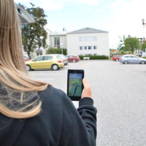 Aino Juselius spelar Pokémon Go