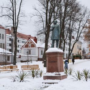 Staty av J.L Runeberg i Runebergsparken i Borgå under vintern