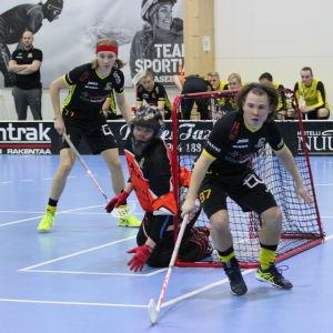 Knights Patrik Juntunen, Pertti Mehtälä och målvakten Timo Ruokolainen i matchen mot Valtti Blues.