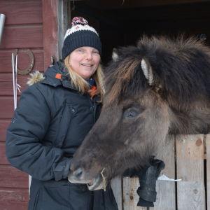Stallägaren Sirpa Leinola-Schöring och en häst.