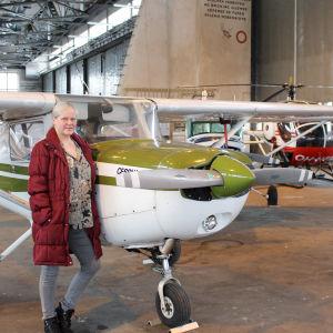 Gun Gustavsson i en hangar på Malms flygplats
