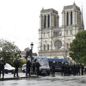 Katedralen Notre-Dame i Paris, i förgrunden poliser som spärrat av katedralen och det närmsta området efter en hammarattack.