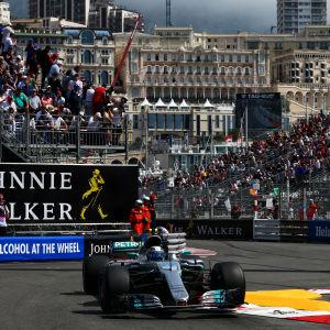 Valtteri Bottas kör genom en kurva i Monaco