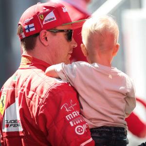 Kimi Räikkönen med sonen Robin, våren 2017.