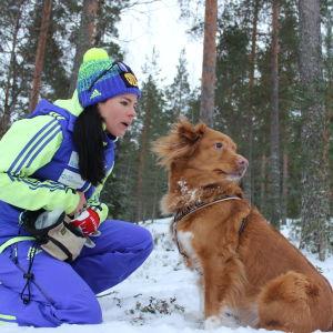 Krista Pärmäkoski med sin hund Carla