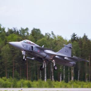 JAS-39 gripen lyfter från Åbo Flygplats 6 juni 2015