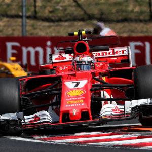 Kimi Räikkönen kör i en kurva