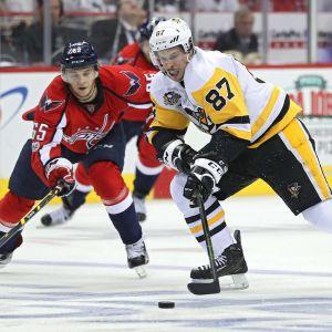 Sidney Crosby skrinnar med pucken.