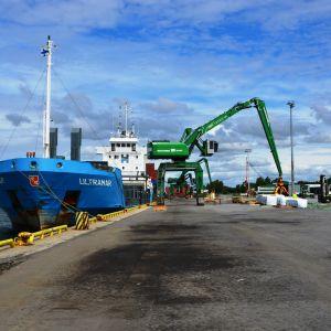 Fraktfartyg lastas i hamnen i Kaskö.