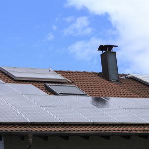 Ett hus med en massa solpaneler på taket.