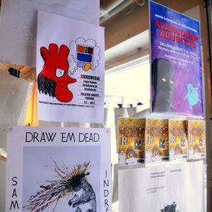 affischer vid galleridörren