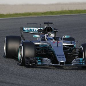 Grå Mercedes F1-bil under testvarv.