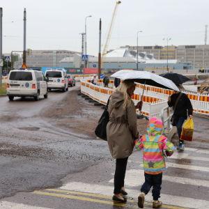 Övergångsställe på Bölegatan under vägarbete i juli 2015.