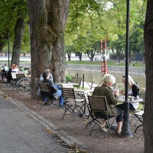 Uteserving vid åstranden i Åbo