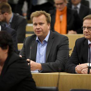 Riksdagsmän under plenum, ordföranden för Centerns riksdagsgrupp Antti Kaikkonen i mitten