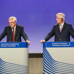 Storbritanniens brexitminister David Davis och EU:s chefsförhandlare Michel Barnier håller presskonferens efter den andra rundan av brexitförhandlingar.