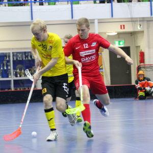 Knights Roni Saarinen (gul skjorta) med bollen, attackeras av MODO:s Jouni Kotilainen.