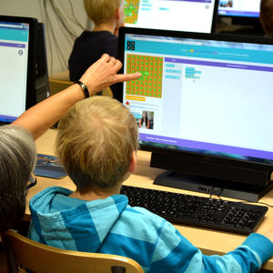 Barn vid datorskärm.