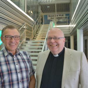 Frivilliga Sven Lindholm och kyrkoherde Tor-Erik Store inför missionsfesten i Vasa i juni 2014