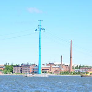 Blå kraftledning i mitten av norra stadsfjärden i Vasa.