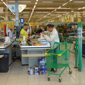 Rysk shoppingturist handlar i Villmanstrand