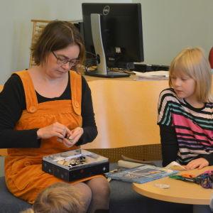 Barnboksillustratör Maija Hurme berättar om böcker. Venny Nyström lyssnar.