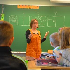 Maija Hurme besöker Billnäs skola under Bokkalaset 2014.