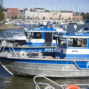 Polisbåtar vid Skatudden.