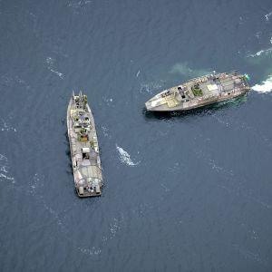 Svenska militärfartyg spanar efter främmande fartyg i den svenska skrärgården.