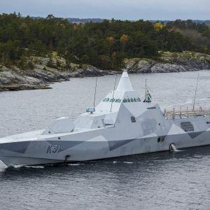 HMS Visby i den svenska skärgården.
