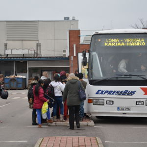 Människor köar till bussen mot Hangö i Karis.