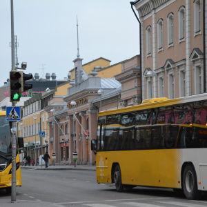 Två gula stadsbussar i centrum av Åbo.