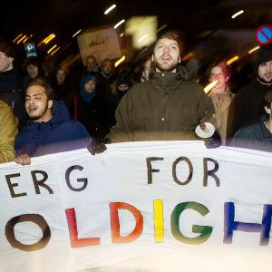 """Demonstranter bär en banderoll med texten """"Esbjerg för mångfald"""""""