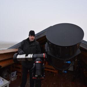 Kaj Höglund förevisar Andromedas nya teleskop.