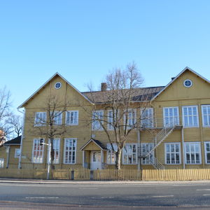 Byggnaden Trä-Anttila i Lojo fotat från framsidan.