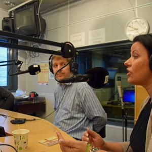 Laura Kolbe (C), Edward Krogius (KD) och Ann-Mari Patshijew (Saml.) i radiodebatt.