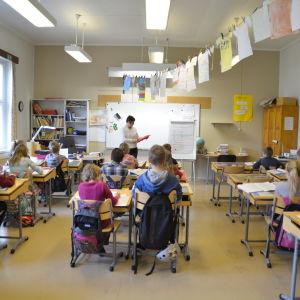 Lärare visar en brandfilt inför en klass treor i Hangöby skola.