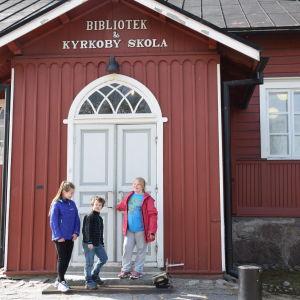 Lina Kiukkonen, Eric Bergström och Tessa Kokko utanför Kyrkoby skola i Vanda.