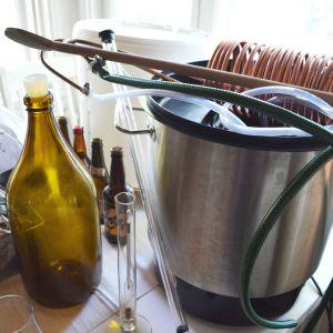 Utrustning för att brygga öl hemma.