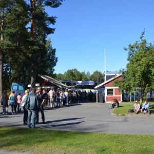 Folk köar in på Roxette konsert  vid Karlsplan