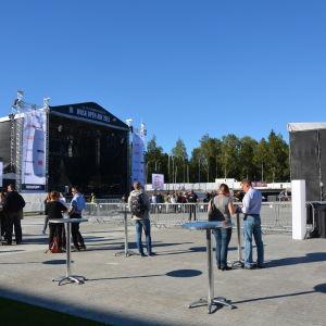 Folk samlas på Karlsplan nför Roxette konsert
