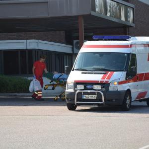 Ambulans utanför Lojo sjukhus.