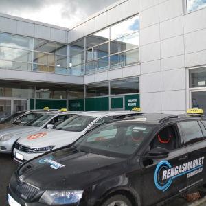 Taxibilar utanför Fokushuset i Karis.