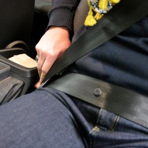 Inte alla använder säkerhetsbälte.