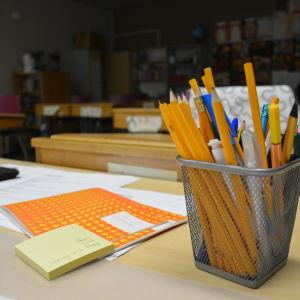 Pennor på kateder i ett klassrum.