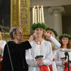 Finlands lucia Sonja Lehto kröns av Hilkka Olkinuora.