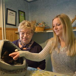 Anna-Liisa Uusikylä och Sini Korpi på Katthuset i Vasa.