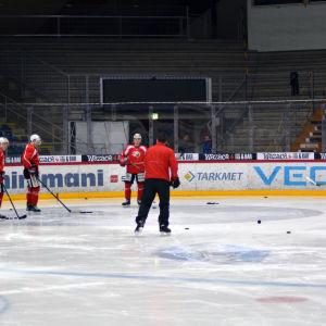 Tomek Valtonen leder en mindre grupp på Vasa Sports träning.