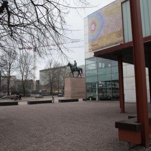 Mannerheim statyn utanför Kiasma.
